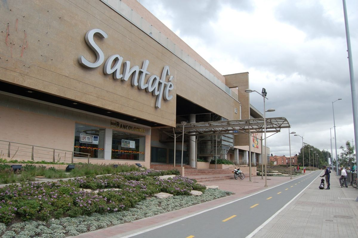 Entrada traseira do Centro Comercial Santafe em Bogotá