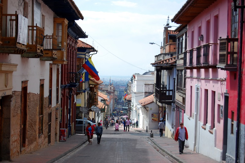 Turistas em rua da Colômbia