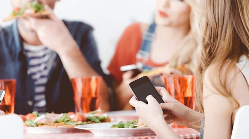 Pessoas usando celulares