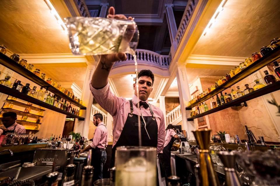 Preparação de drinks do Alquimico Bar em Cartagena