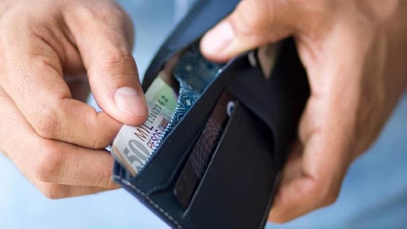 Carteira com pesos e cartão de crédito - Colômbia