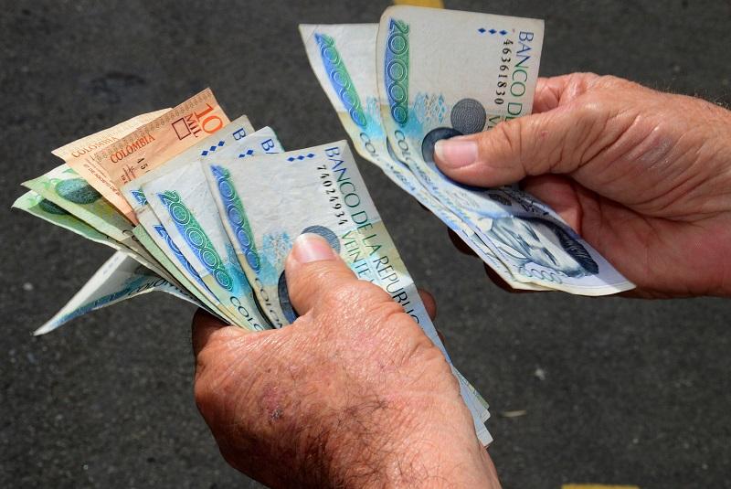 Contando pesos colombianos