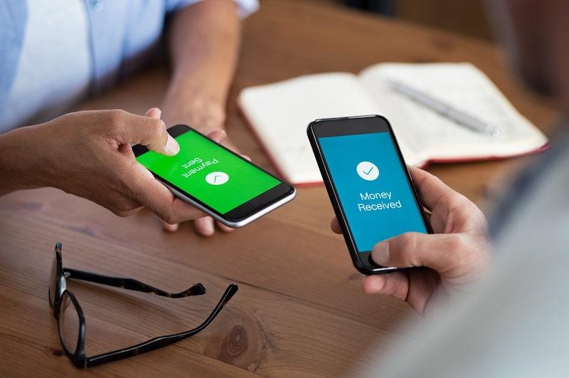 Pessoas enviando dinheiro pelo celular