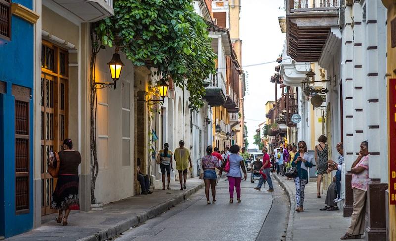 Turistas andando em Cartagena