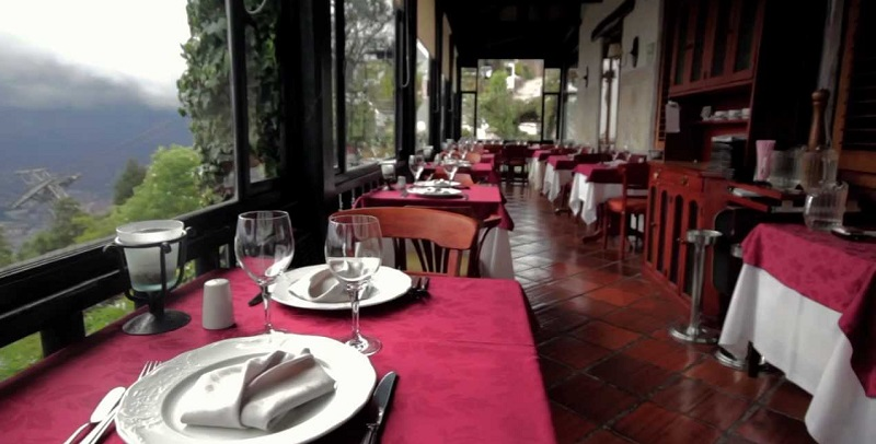 Interior do restaurante Casa San Isidro em Bogotá