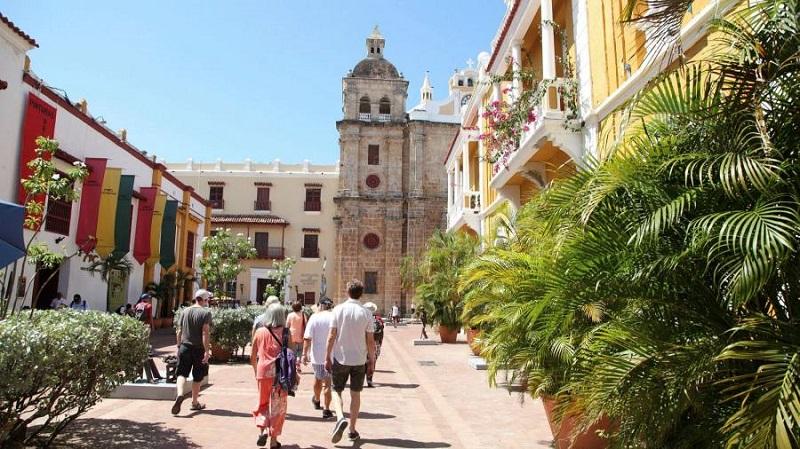 Turistas caminhando no centro de Cartagena