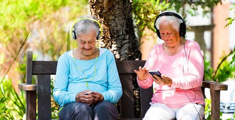 Idosas usando o celular